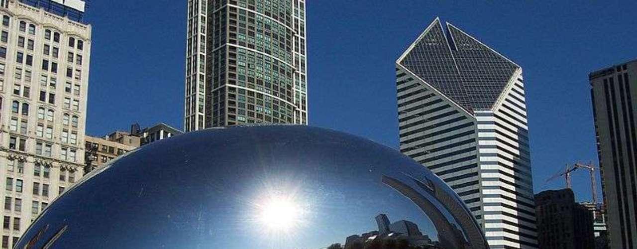Millennium Park  (EUA): este parque de Chicago é uma espécie de jardim zoológico cultural, um espaço de lazer urbano com esculturas, música, dança, desenhos e outras artes. A peça central é Anish Kapoor Cloud Gate, conhecida como o feijão de geleia. A paisagem urbana de Chicagoé refletida e distorcida em sua superfície polida como se estivesse em uma sala de espelhos. Em outra parte do parque, dois blocos com fachadas de vidro, são telas de cinema que exibem as características de pessoas de Chicago