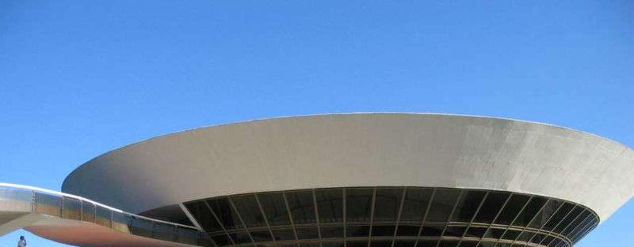 Museu de Arte Contemporânea (Brasil): não há praticamente uma linha reta na arquitetura do Museu de Arte Contemporânea de Niterói. Pode-se dizer que é sem dúvida umas das obras mais importantes do arquiteto brasileiro Oscar Niemeyer. \