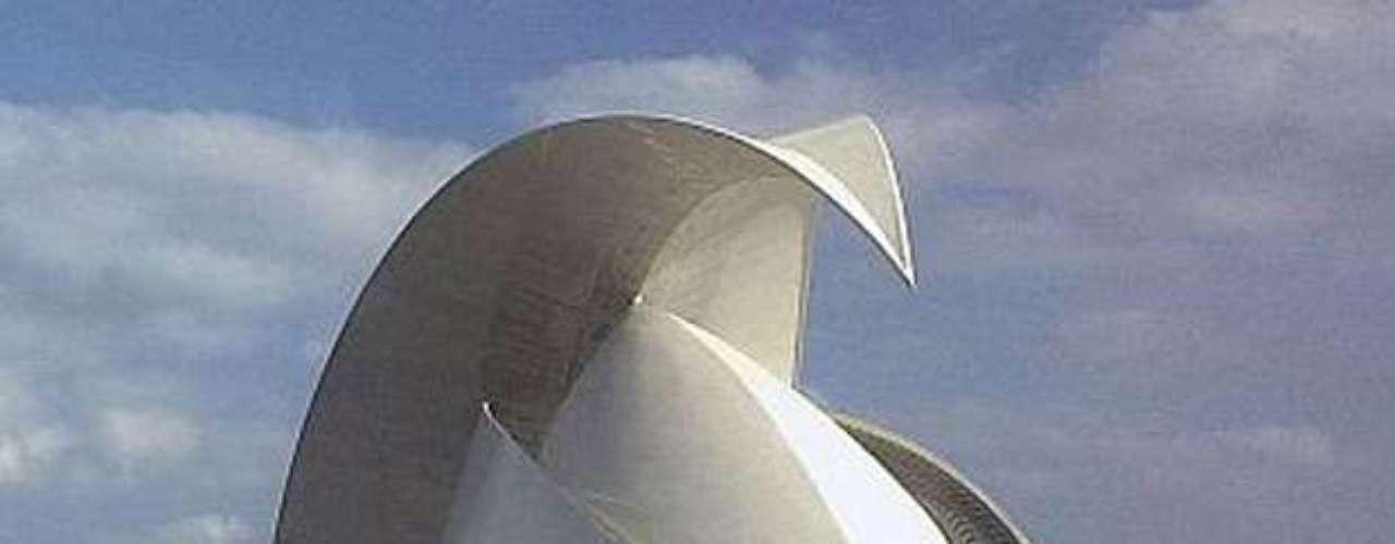 Auditório de Tenerife (Espanha): o auditório de Tenerife fica na capital da ilha, em Santa Cruz. A localização marítima levou muitas pessoas a comparar a obra surpreendente  de concreto com a crista de uma onda ou barbatana de uma baleia. Na verdade, parece de alguma forma, algo até mais perigoso, como a lâmina de uma adaga, ou a cauda de um escorpião. Arquitetonicamente, o auditório é uma do salão Sydney Opera House