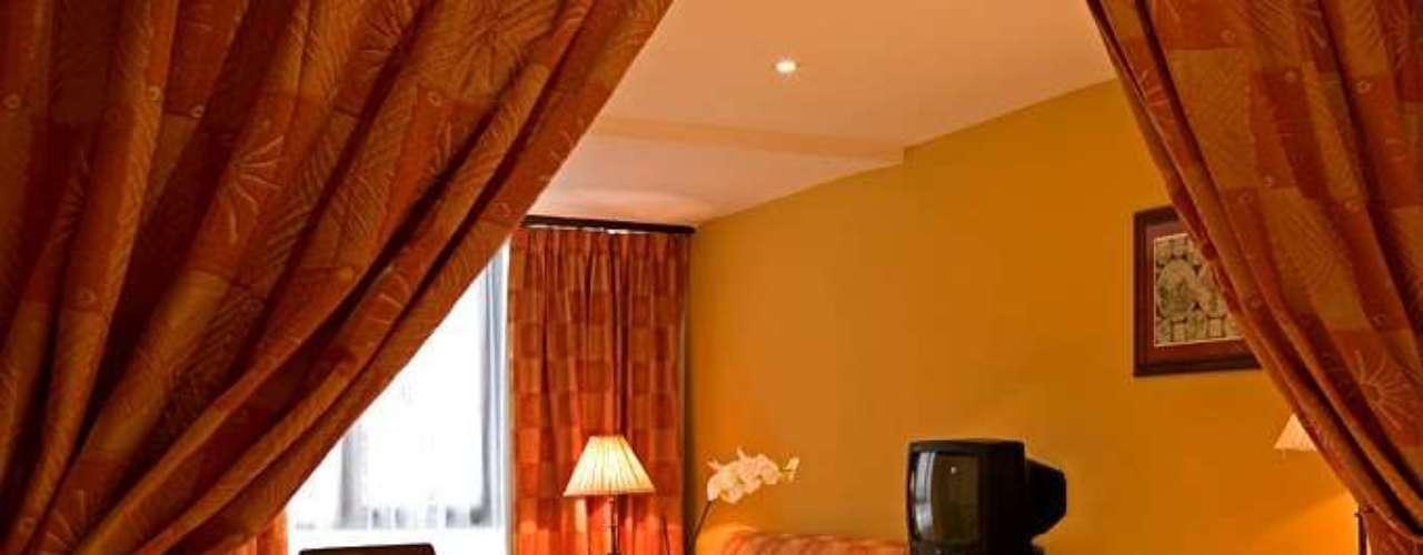 Hotel Mercure Comercial, situado em Santo Domingo, República Dominicana, inclui em suas instalações bar, restaurante, frigobar, estacionamento, acesso à internet, salão de TV e segurança 24 h. Onde: Calle El Conde, esquina Hostos-Ciudad Colonial - Santo Domingo. Diária: R$ 71. Site: www.mercure.com