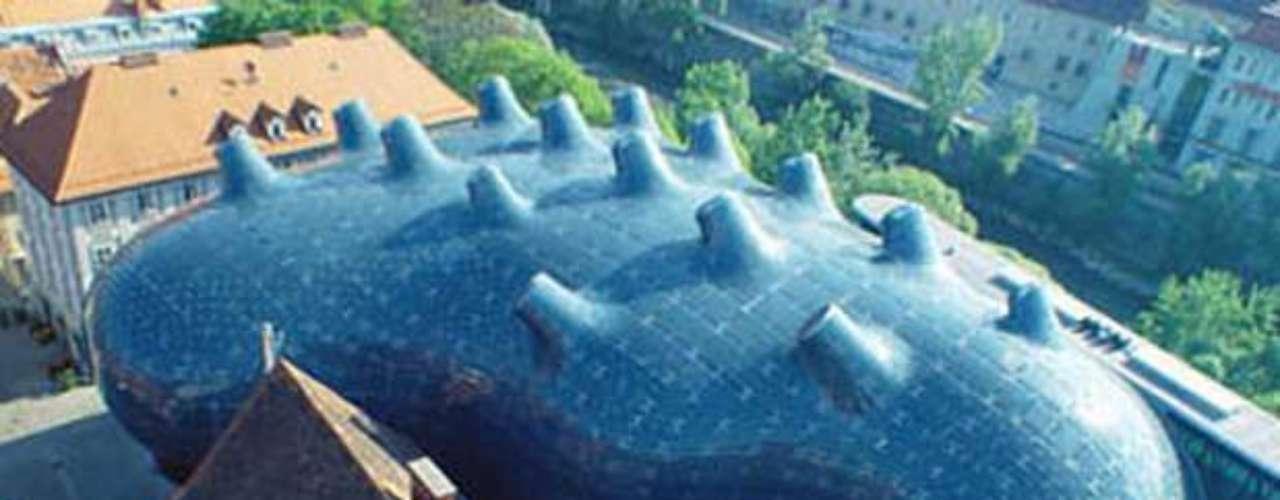 Kunsthaus Graz (Áustria): este museu de arte moderna na cidade de Graz pode ser comparado a um baiacu, ou um tentáculo de polvo. Os arquitetos britânicos, Peter Cook e Colin Fournier, descremem a obra como construção biomorphous. Certamente, o museu parece quase vivo, em parte porque - como uma criatura das profundezas - sua pele pode criar padrões de mudança e emitem luz. A membrana exterior azul é ornamentada com luzes, que podem ser programados para exibir imagens animadas