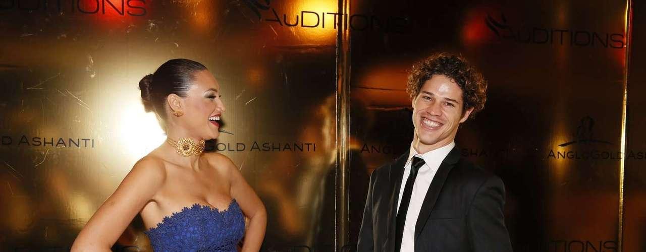 O casal, que começou o namoro durante as gravações de Avenida Brasil,  distribuiu sorrisos durante o evento