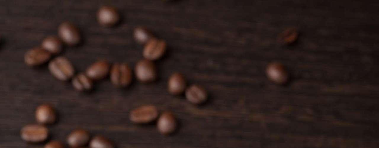 4. A cafeína pode reduzir o risco de derrame: um estudo recente publicado pela American Heart Association descobriu que as mulheres que bebem mais café apresentavam redução no risco de sofrer um derrame
