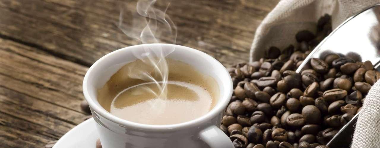6. Café não ajuda a emagrecer: embora muitas pessoas pensem que o café sem açúcar pode ajudar a emagrecer, pesquisas científicas não provam tal feito. \