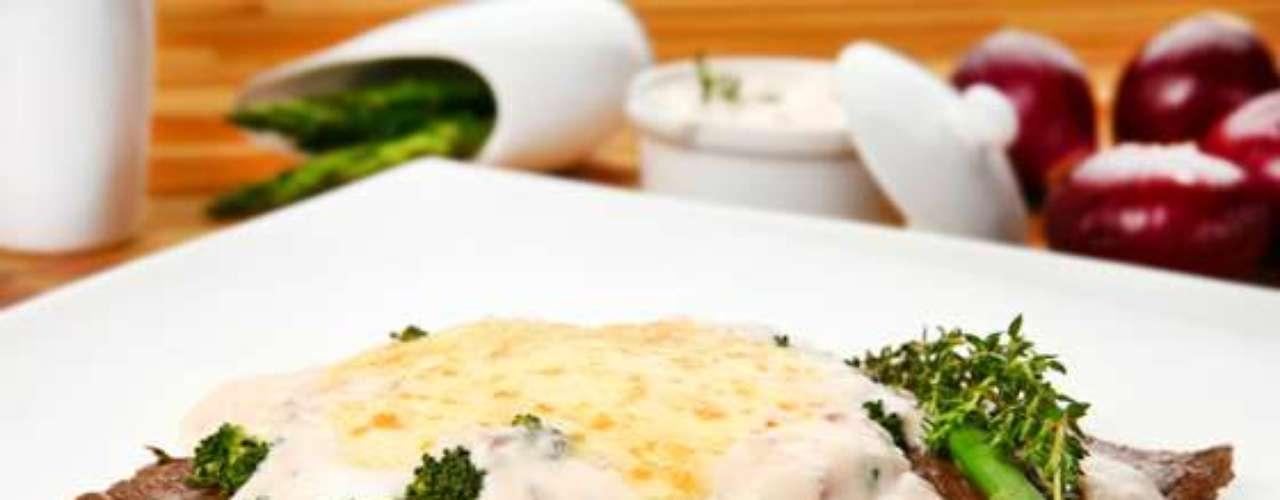 Alcatra gratinada com brócolis e mozzarela.