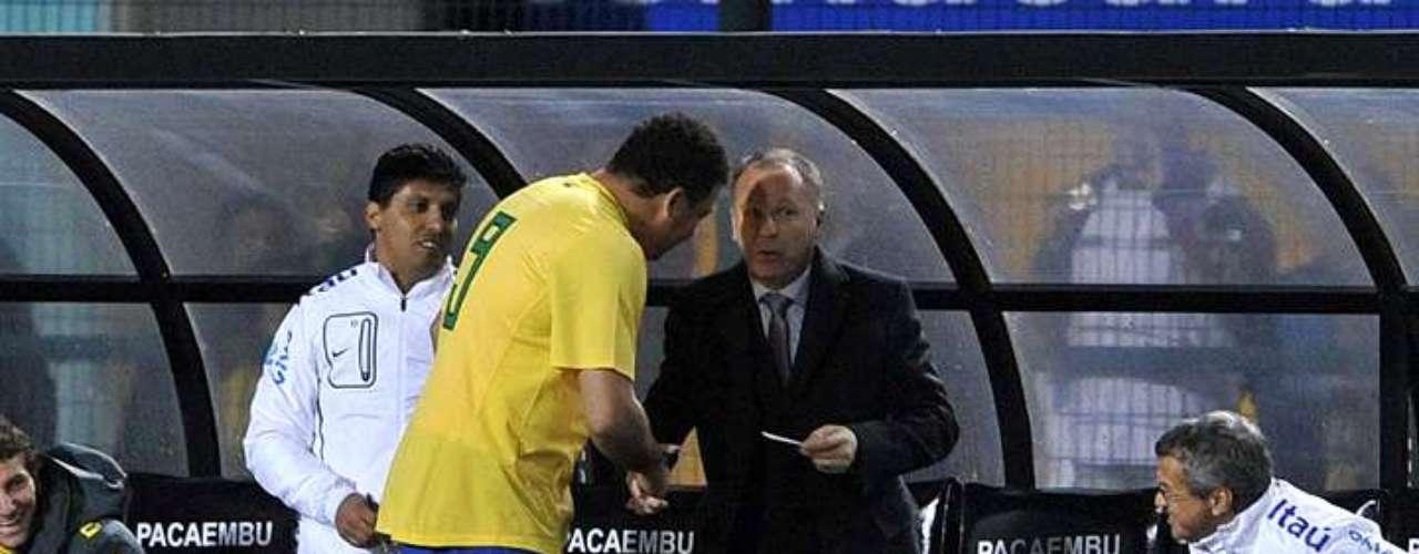 7 de junho de 2011: em seus primeiros jogos em solo brasileiro à frente da Seleção. Mano somou um empate sem gols contra a Holanda e uma vitória sobre a Romênia, por 1 a 0, na despedida do atacante Ronaldo. Até aquele momento, a situação do técnico era tranquila