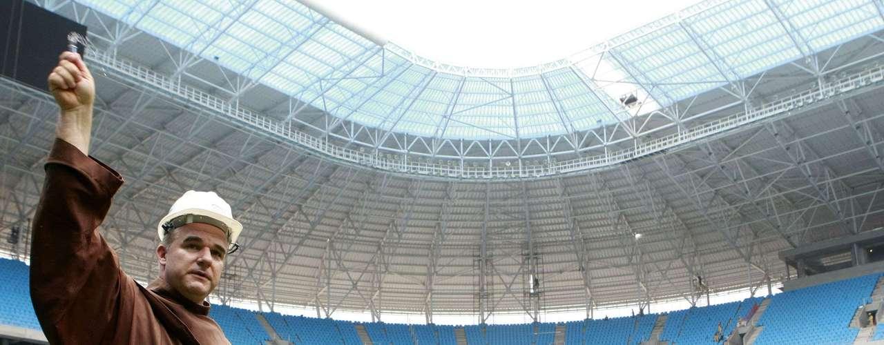 A Arena do Grêmio está pronta e, agora, abençoada: nesta sexta-feira, o Frei Luciano Bruxels compareceu ao local para ritual com água benta e terra santa