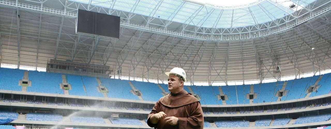 Luciano Bruxels fez ritos católicos que simbolizam proteção da Arena do Grêmio