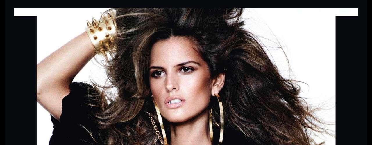 A estampa de oncinha e o casaco de pele formaram o look glamoroso da top brasileira Izabel Goulart