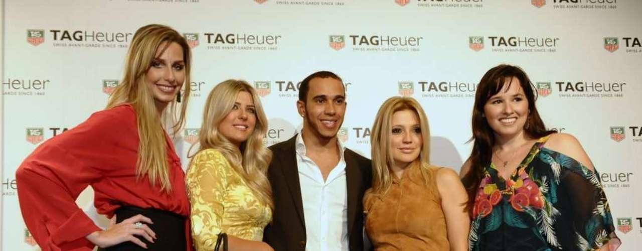 Da esquerda para a direita, Mariana Weickert, Iris Stefanelli, Lewis Hamilton, Patricia de Sabrit e Mariana Belém durante inauguração da primeira TAG Heuer no Brasil