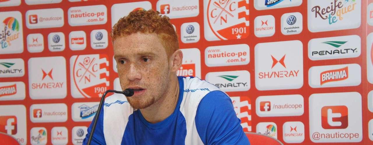 Outro jogador que volta a vestir a camisa do Palmeiras na próxima temporada é o volante Souza, que se destacou na campanha do Náutico na primeira divisão de 2012