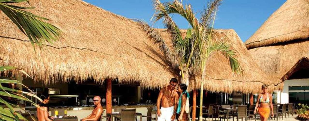 Ambiente isolado proporciona banhos de sol, aulas de fitness aquático e workshops exclusivos, no Desire Resort & Spa, localizado na Riviera Maya
