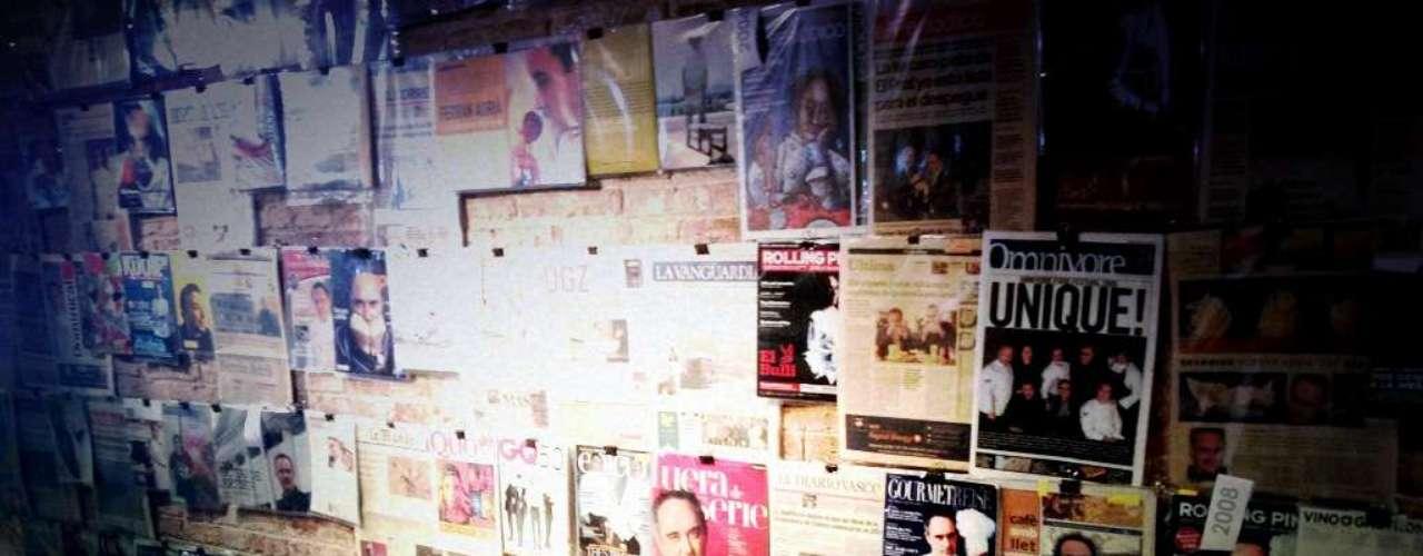 Em seu escritório em Barcelona, a cadeira de Ferran Adrià ao lado dos recortes de notícias