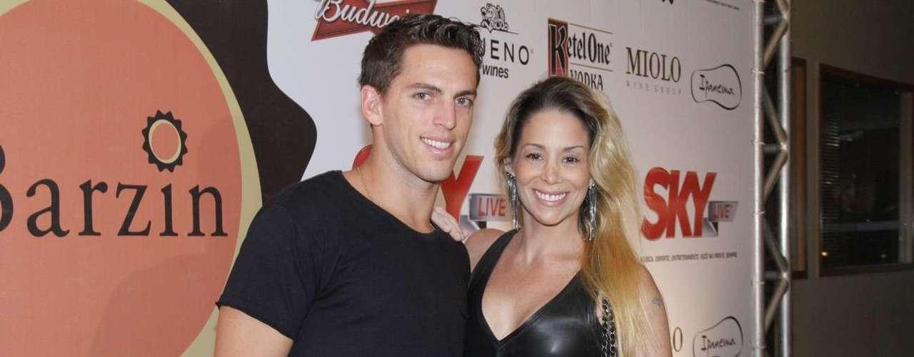 Danielle Winits curtiu a noite carioca ao lado do namorado, o jogador Amaury Nunes. O casal esteve nessa sexta-feira (30) na festa de um ano do Barzin, no Rio de Janeiro