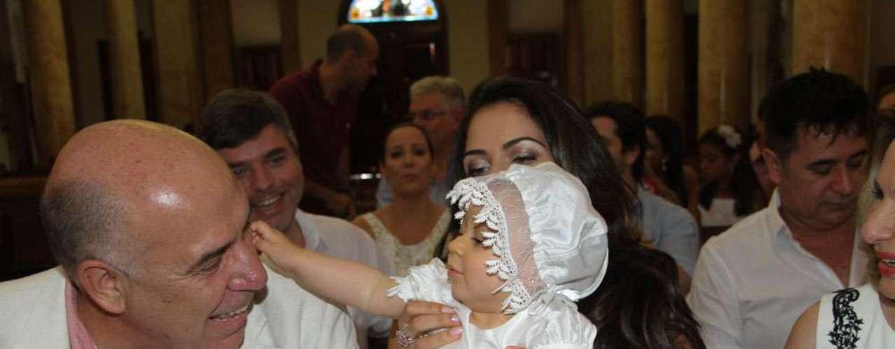 Alice brinca com o pai, Amilcare Dallevo, durante a cerimônia