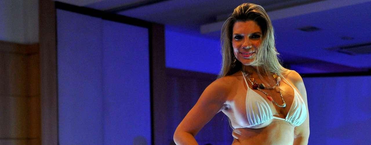 Ana Melo, do Amapá, apareceu com um minúsculo biquíni branco