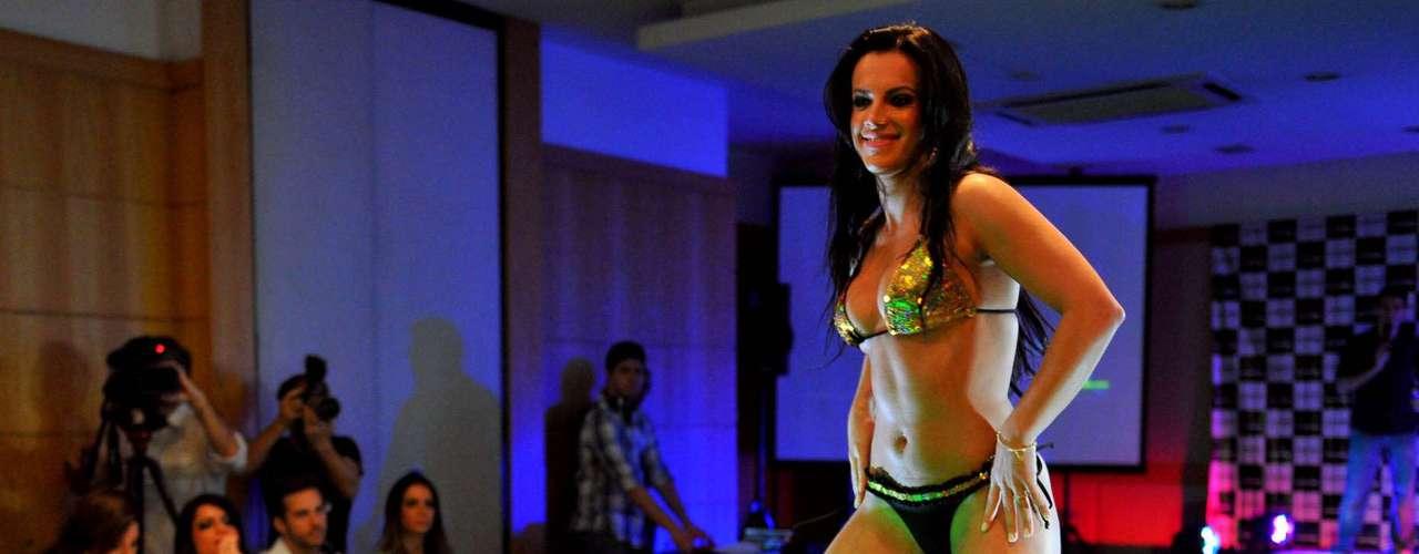 Ana Paula Benevidez, de Pernambuco, optou por um biquíni dourado e preto no desfile da final do Miss Bumbum Brasil 2012
