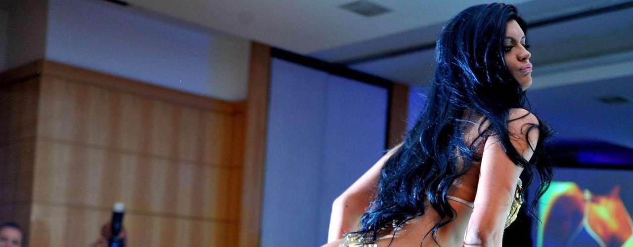 As candidatas fizeram um primeiro desfile com vestido de gala, com direito a decotes, fendas, transparência e muito brilho, quando foram avaliadas por sua elegância. Em seguida, foi a vez do biquíni, que davam destaques as maiores estrelas da noite, os bumbuns. Na foto,Camila Vernaglia, de São Paulo, que ficou em terceiro lugar, mostrou seus atributos com um biquíni fio dental