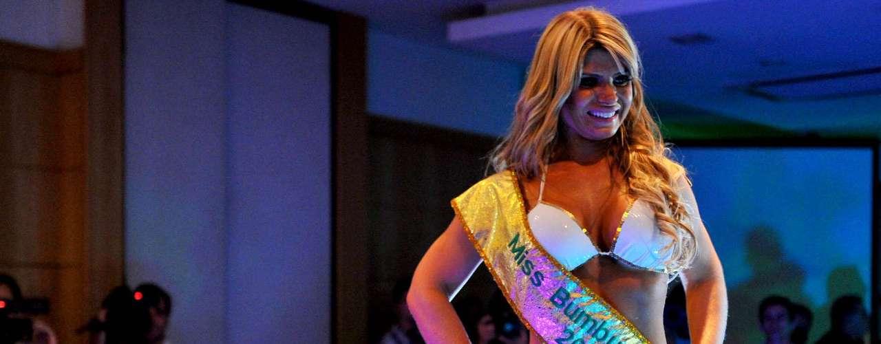 Carine Felizardo desfila com a faixa de Miss Bumbum Brasil 2012
