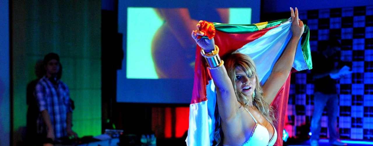 Carine Felizardo em sua performance de biquíni no final do Miss Bumbum