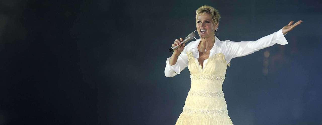 Aproximadamente 10 mil pessoas lotaram o ginásio do Maracanãzinho para ver o show de Natal da apresentadora Xuxa Meneghel, neste sábado (1)