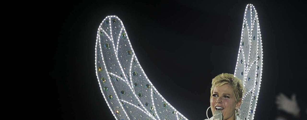 Xuxa entrou no palco pontualmente às 17h, em uma alegoria com luzes de neon brancas