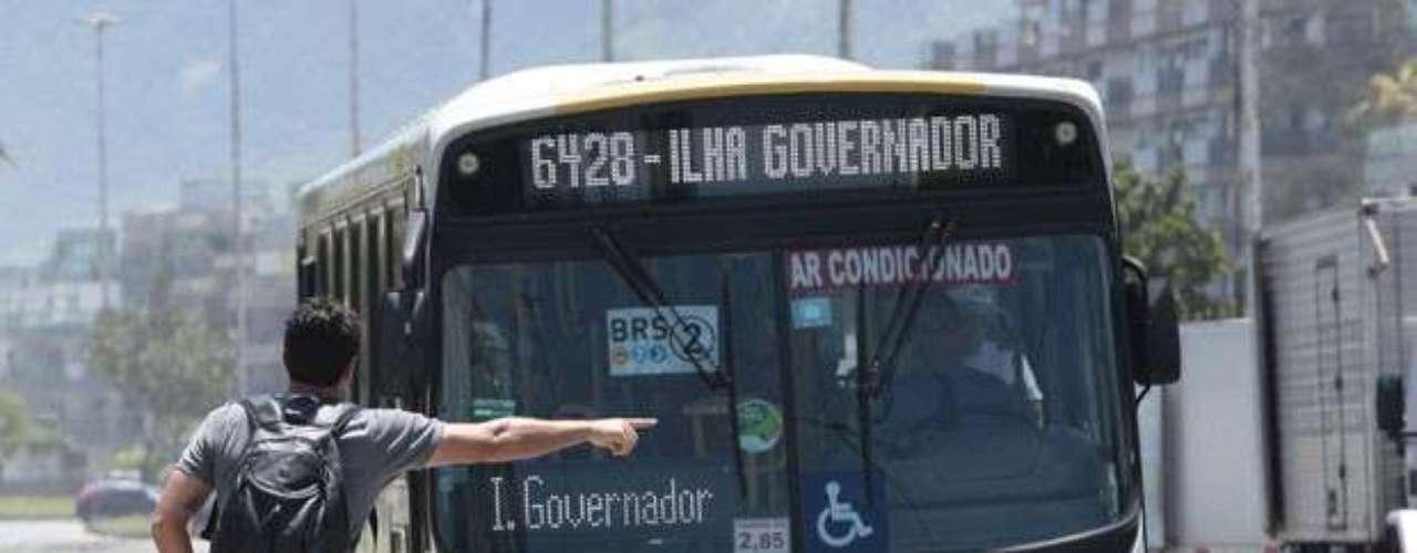 Théo (Rodrigo Lombardi) pega um ônibus para tentar chegar ao aeroporto a tempo de impedir que a amada viaje