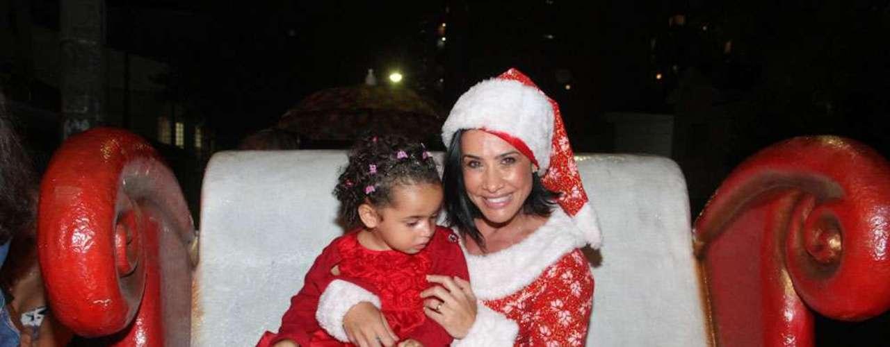 Scheila Carvalho chamou atenção nesse sábado (1º), na inauguração de um salão de beleza infantil, em São Paulo