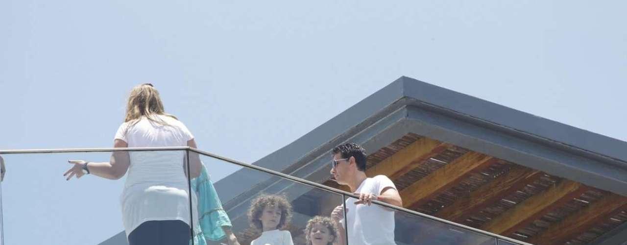 Do alto, ela acompanhou a movimentação de fãs e fotógrafos em frente ao Hotel Fasano, no Rio de Janeiro
