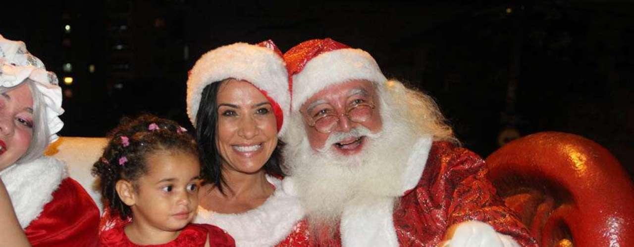 Em clima de Natal, Scheila aproveitou a festa vestida de Mamãe Noel