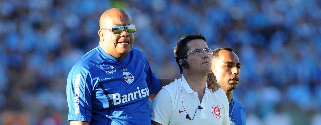 Com as confusões, Osmar Loss saiu de campo protegido por seguranças do Grêmio no Olímpico