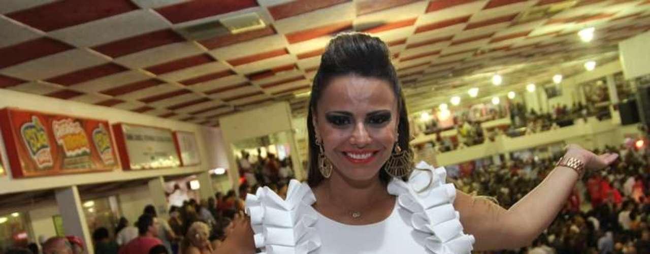 Madrinha do Salgueiro, Viviane Araújo caprichou no visual no sábado (1º), para participar de um ensaio da escola de samba carioca