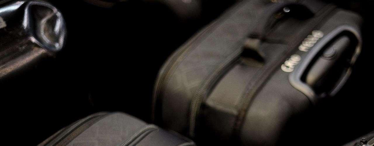 Os funcionários do Corinthians chegaram mais cedo a Guarulhos para levar a bagagem dos atletas