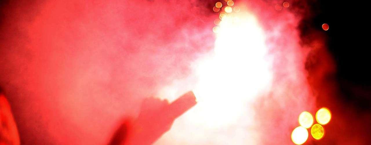 Corintianos levaram luz e fumaça para o Aeroporto de Guarulhos