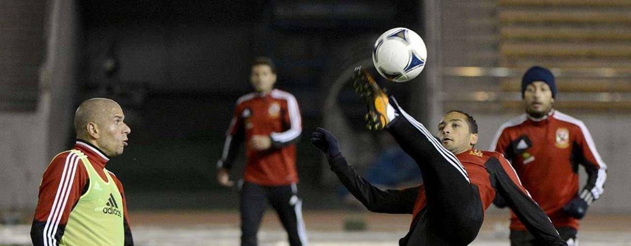 Elenco do clube egípcio se agasalhou para o treino na fria noite de Nagoya