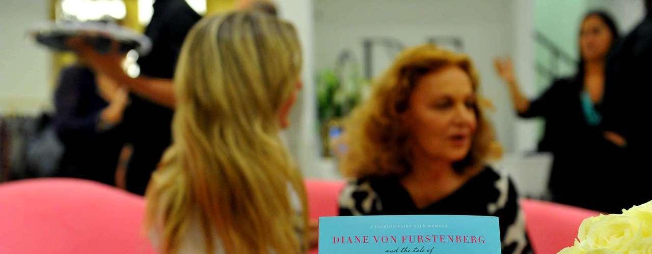 A estilista estava autografando o livro Diane Von Furstenberg and the Tale of The Empress's New Clothes,que tem suas ilustrações e autoria de Camila Morton.\