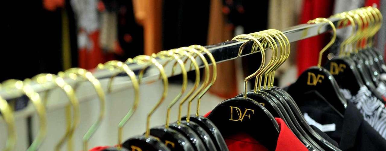 Dentro de sua própria loja, Diane aproveitou para mostrar alguns novos itens DVF desenvolvidos para o Natal e Ano Novo, que ela recomenda para qualquer mulher como sugestão de presentes