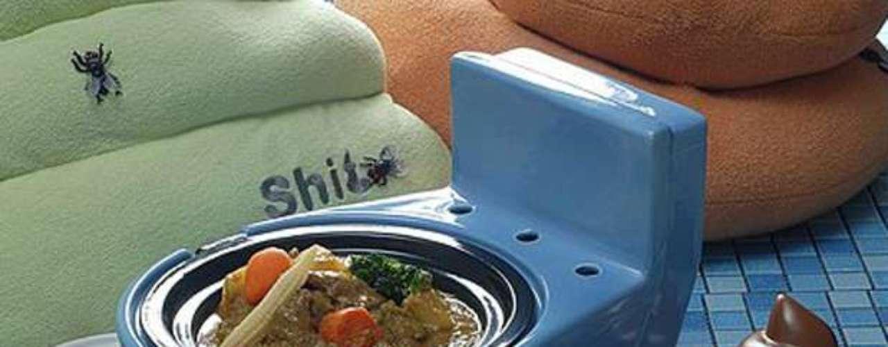 Toalhas com moscas, comida em formato de fezes e pequenos vasos sanitários chamam a atenção dos clientes