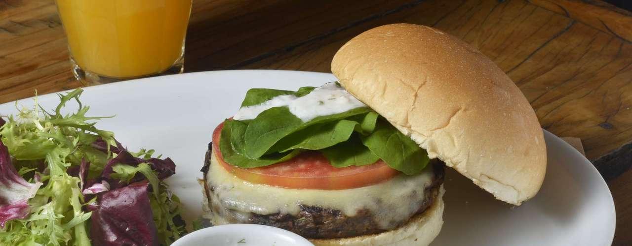 Butcher's Market -Veggie Burger: hamburger vegetariano da casa preparado com lentilha, cebola, cenoura, cogumelos frescos, ovos e ervas, acompanhado de queijo mussarela, rúcula, tomate e pesto de dill.Endereço: R. Bandeira Paulista, 164, Itaim Bibi. Tel. (11) 2367-1043.R$ 25