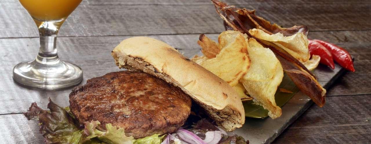 Tantra -Tropical Thai Burger: hambúrguer de mignon, capim limão, coentro, coco ralado, raspa de lima da pérsia, pimenta e molho especial, acompanhado de chips da terra.Endereço: R. Chilon, 364, Vila Olímpia. Tel. (11) 3846-7112. Preço:R$ 28