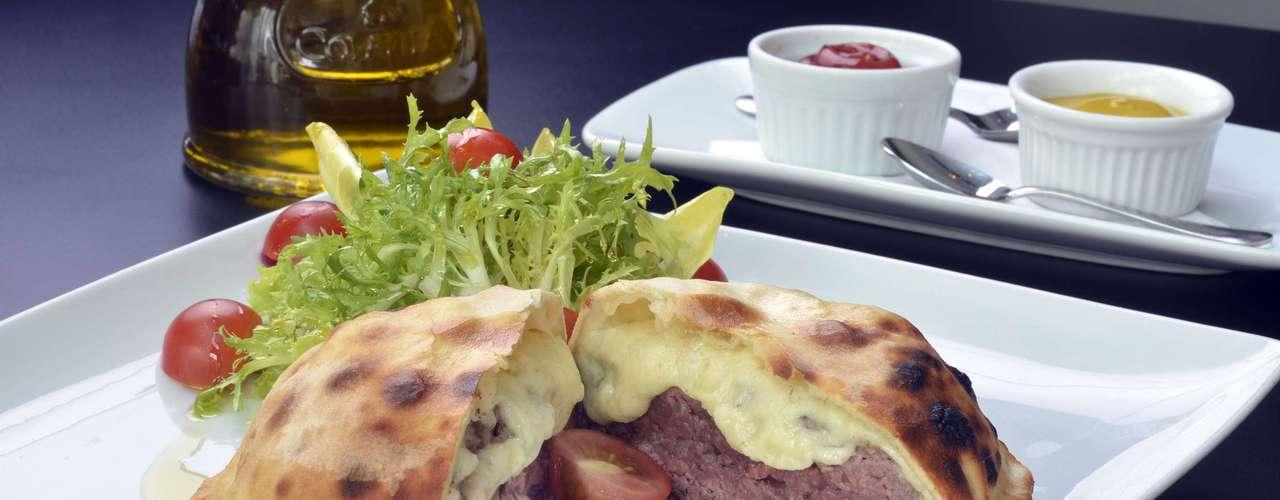 Zucco -Cheeseburger Panini: hambúrguer de picanha com cheddarJoseph Heller's, envolto em massa de pizza artesanal.Endereço: R. Haddock Lobo, 1.416, Jardim Paulista.Tel. (11) 3897-0666. Preço:R$ 42