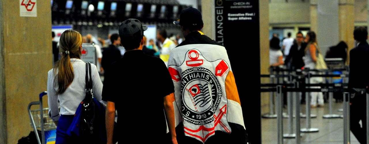 Todo tipo de bandeira do Corinthians tem sido vista no aeroporto
