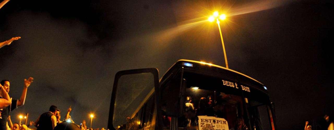 Dezenas de ônibus levaram torcedores ao local