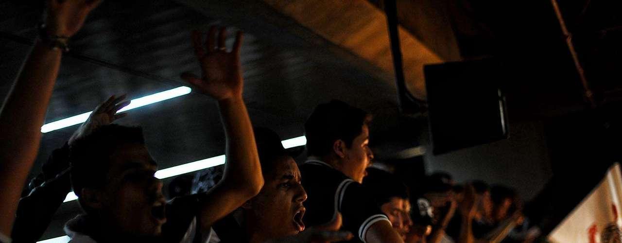Torcedores no saguão causaram olhares curiosos e desconfiados em Guarulhos