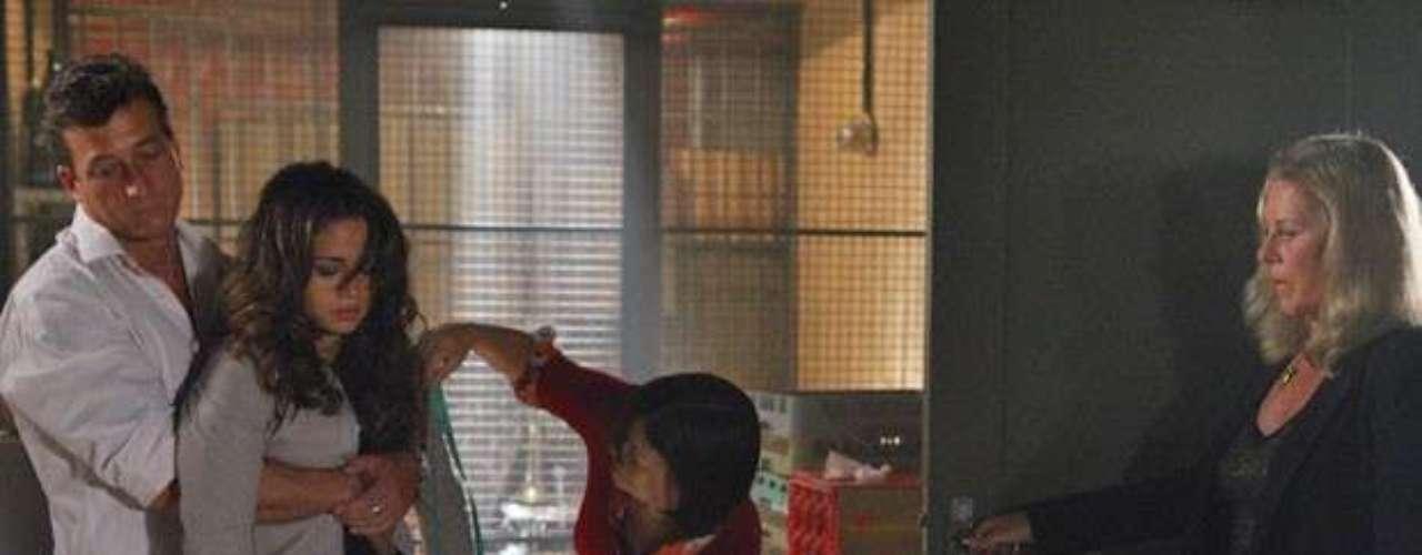 Morena (Nanda Costa) é dopada pela vilã Irina (Vera Fischer) e deixada em depósito
