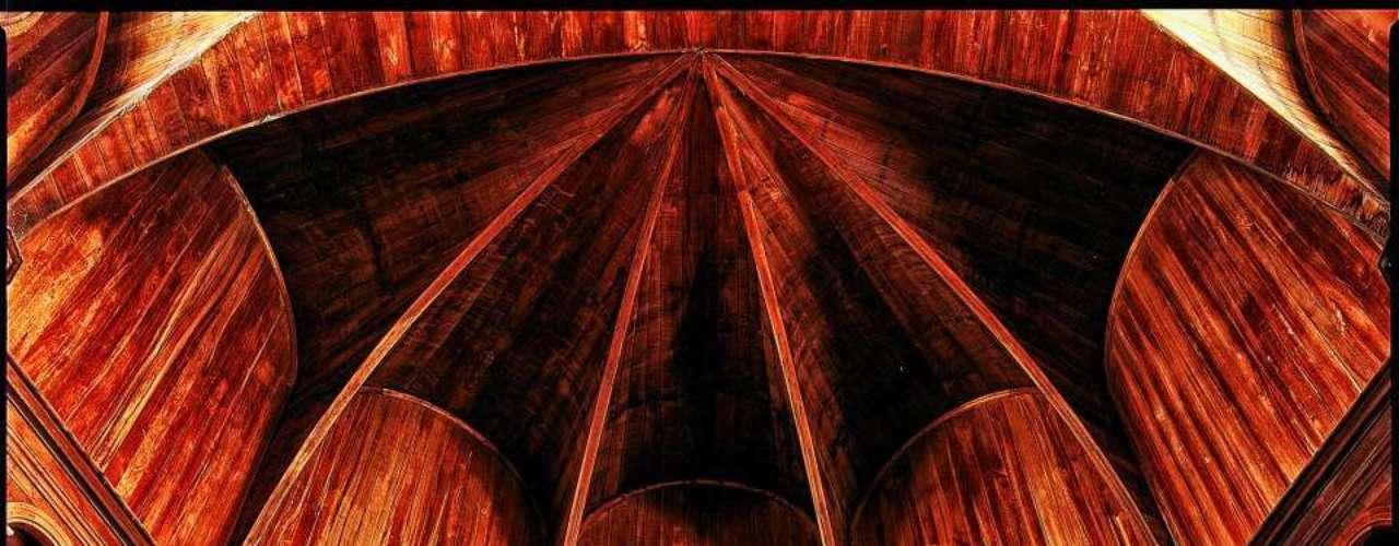 Catedral de São Pedro e São Paulo, Paramaribo, Suriname: estrutura de madeira considerada como uma das maiores e mais belas do mundo, a Catedral de São Pedro e São Paulo de Paramaribo, capital do Suriname, foi erguida em 1883. A Catedral tem espaço para 340 pessoas e conta com três sinos e 18 confessionários
