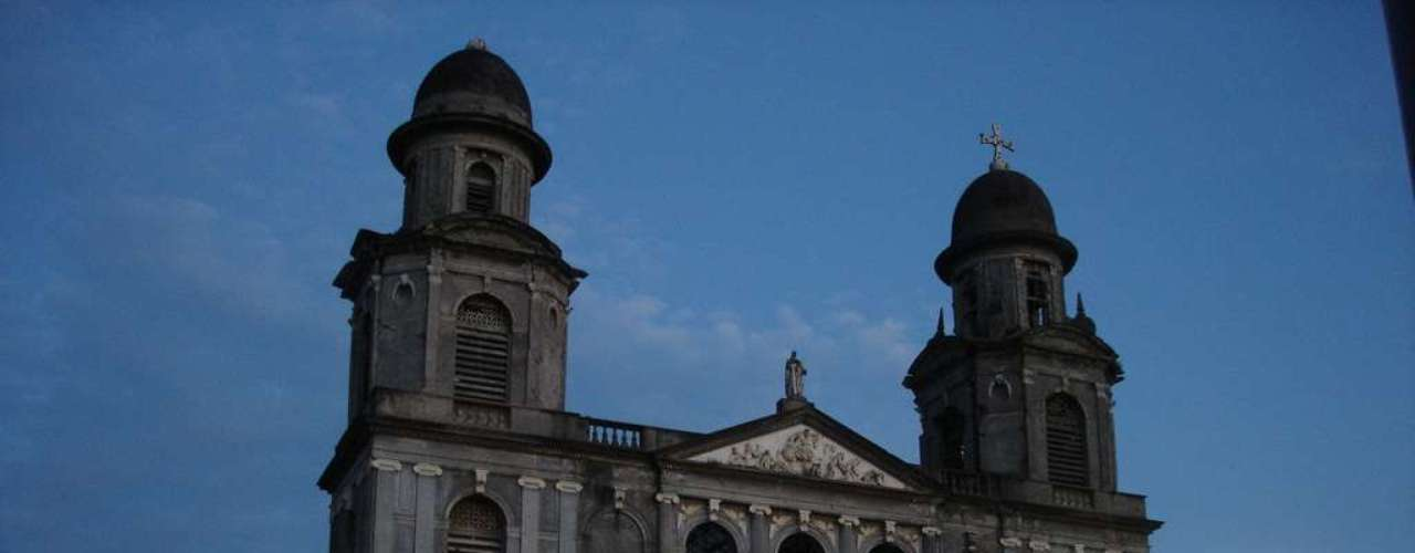 Antiga Catedral de Manágua, Nicarágua: catedral da capital do Nicarágua até 1993, a Antiga Catedral de Manágua foi erguida entre 1928 e 1938 e teve sua estrutura danificada no terremoto de 1972. A arquitetura desta Catedral, que é hoje um dos principais marcos turísticos da cidade, foi inspirada na igreja de Saint-Sulpice de Paris