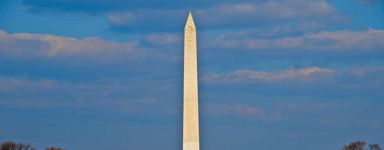 Washington Monument, Washington D.C., Estados Unidos: obelisco de 170 metros de altura no coração de Washington D.C., o Washington Monument é feito em mármore, granito e arenito e foi erguido entre 1848 e 1888. Esta demora deveu-se à falta de fundos originada pela Guerra Civil dos Estados Unidos e é possível distinguir a etapa inicial e a etapa final da construção pelos diferentes tons de pedra na base e no topo