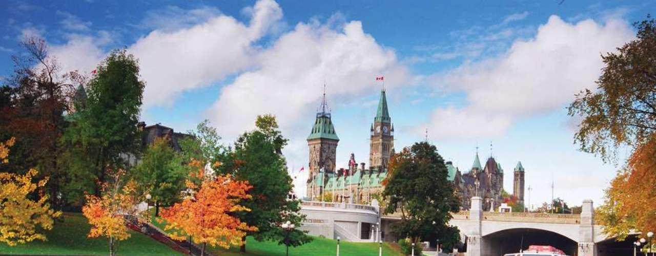 Colina do Parlamento, Ottawa, Canadá: a Colina do Parlamento é o local que recebe o edifício do Parlamento canadense, uma bela estrutura que é um dos símbolos do Canadá. A combinação entre a vegetação que cerca o edifício e a imponente arquitetura cria um dos mais belos cartões-postais de Ottawa, capital do país