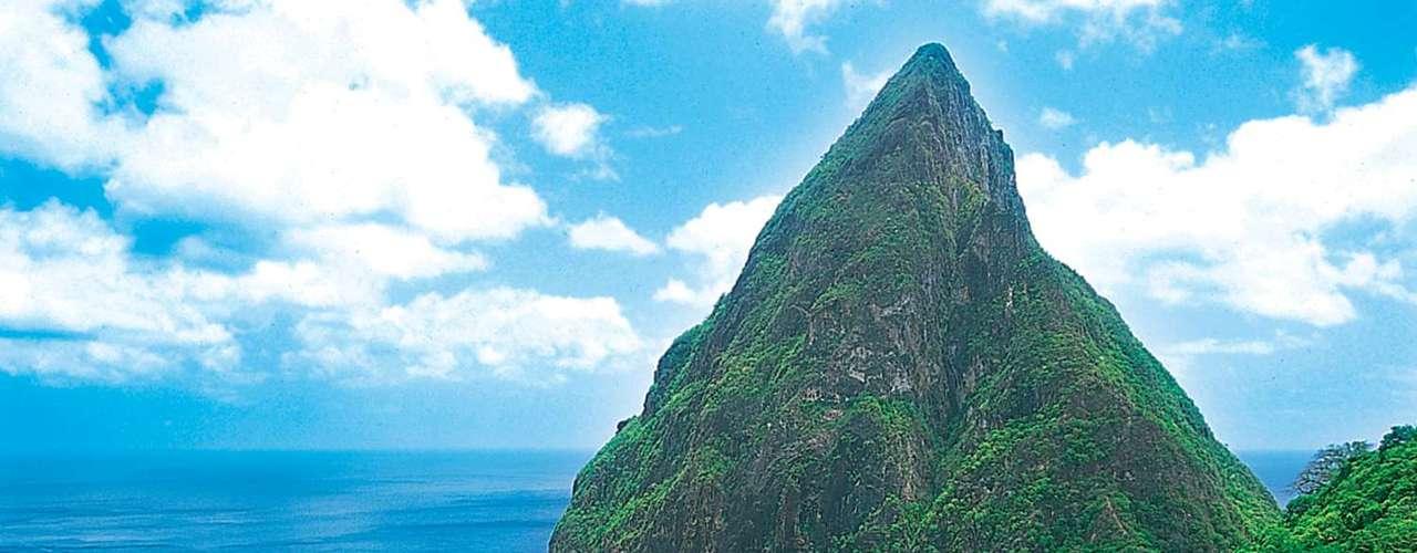 Pitons, Castries, Santa Lúcia: magnífica ilha do Caribe, Santa Lúcia tem belas praias, resorts de luxo e muita vegetação. Sua pequena capital, Castries, tem os picos vulcânicos conhecidos como os Pitons como pano de fundo, criando um belo visual panorâmico digno de cartão-postal